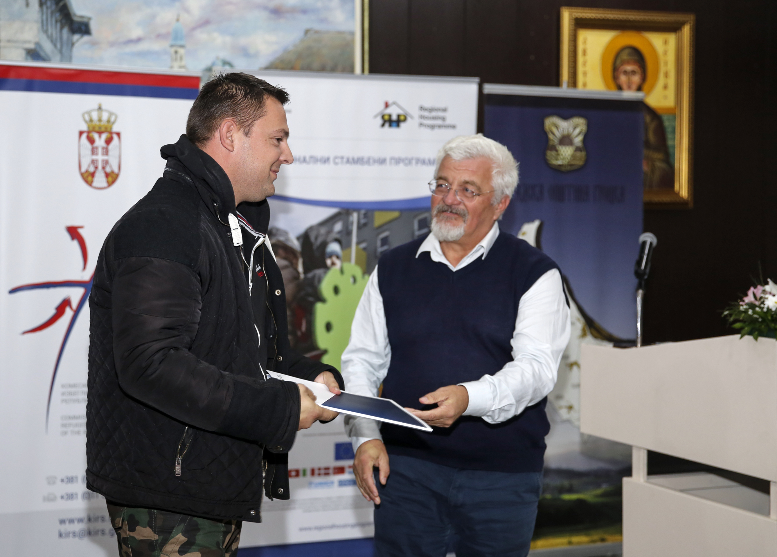 Contracts on awarding 15 packages of construction material officially delivered in Grocka to rеfugee families from Bosnia and Herzegovina and the Republic of Croatia